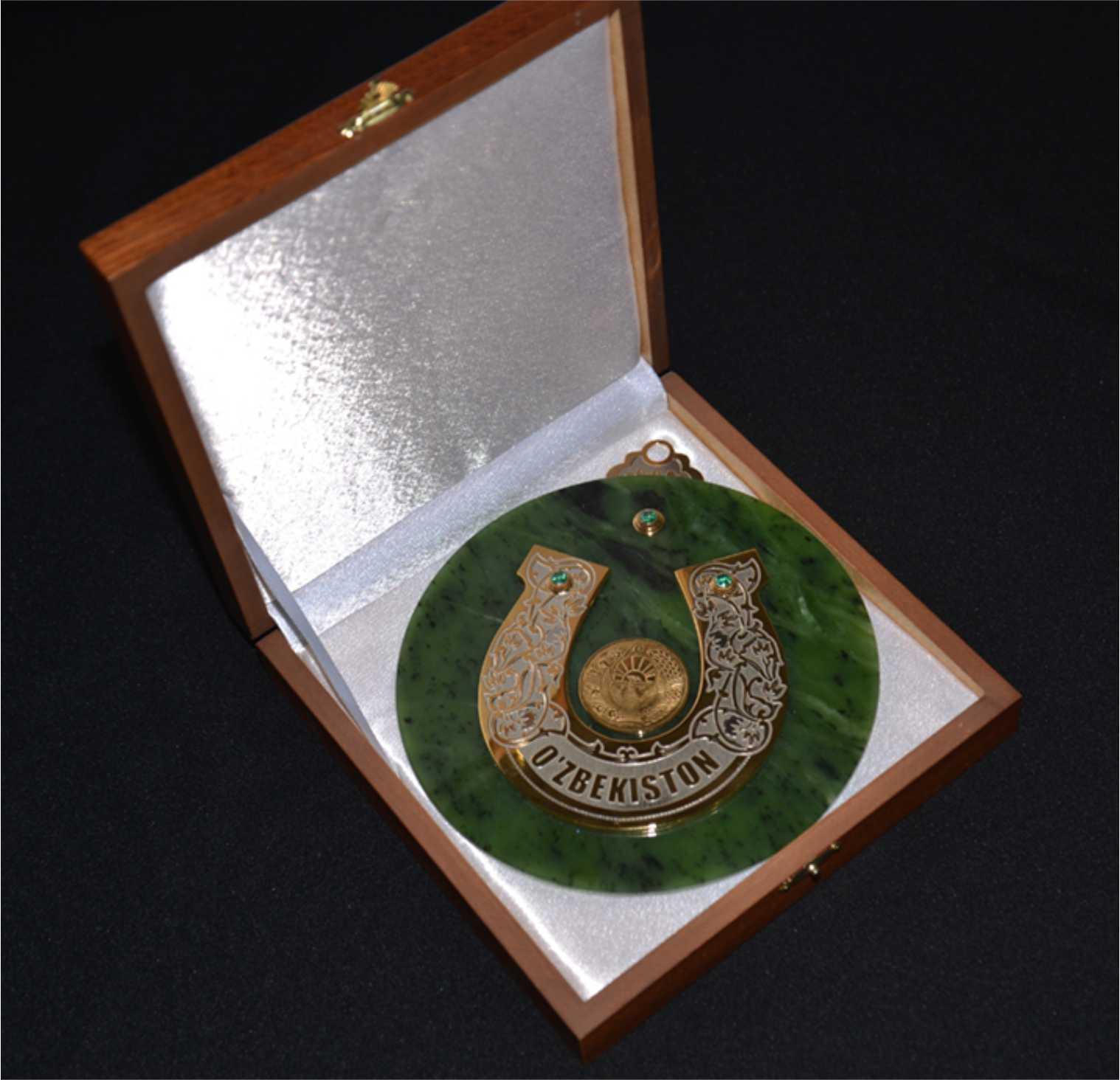 Подкова из нефрита с гербом Узбекистана